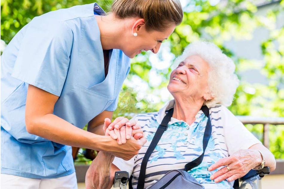 Krankenpflegerin kümmert sich um Seniorin