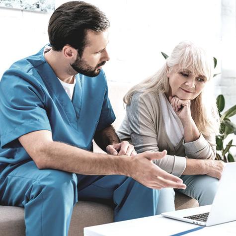Pflegefachmann im Arbeitsalltag in der Krankenpflege