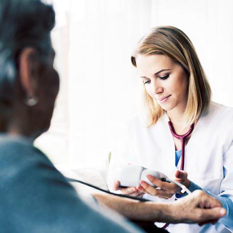 Die Ausbildung zur Altenpflegehelferin befähigt zum Blutdruckmessen