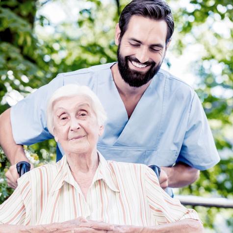 Altenpflegehelfer untersützen ältere Menschen