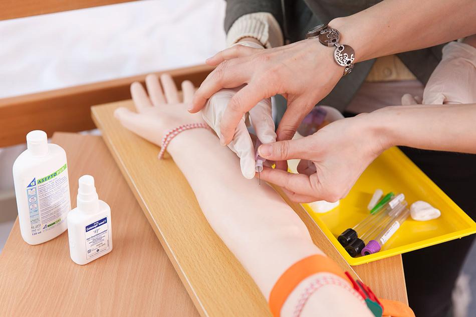 Ausbildung Krankenpflegehelfer Schüler in einer praktischen Übung.