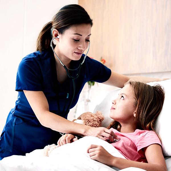 Pflegehelferin bei der Arbeit